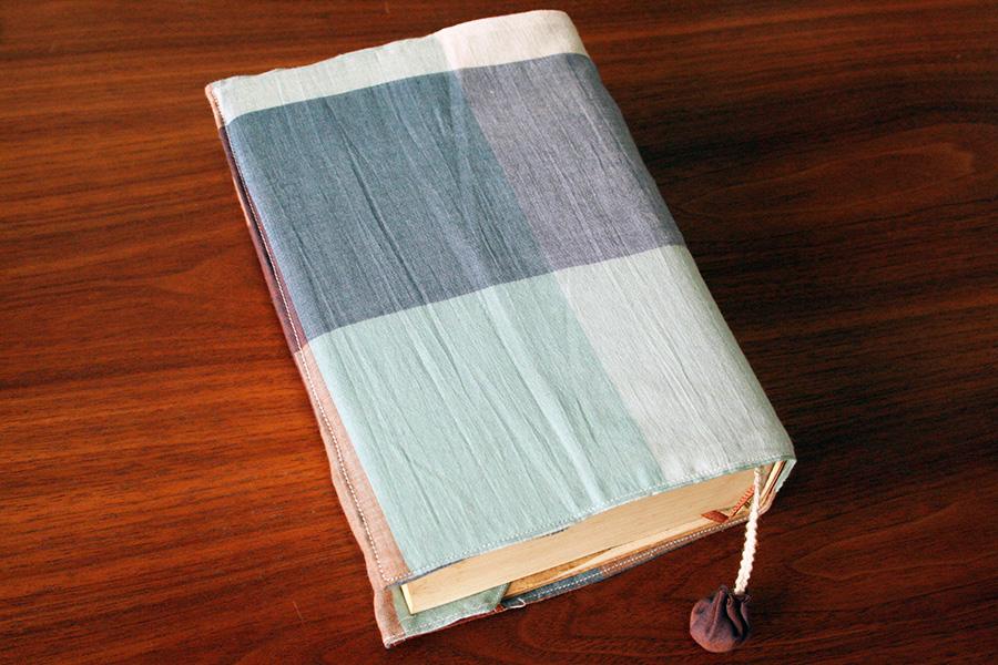 本が読みやすいブックカバーの作り方